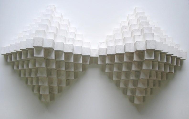 Emilio GAñan,Piramide doble 2009, gesso sobre madera, 112x54x 30 cm