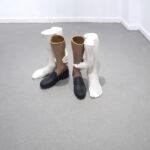 Sin título (2 manos y 4 pies), 2020. Plaster, pigment. 30,00 x 22,00 x 40,00 cm